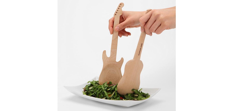 Des Couverts à Salade En Forme De Guitares