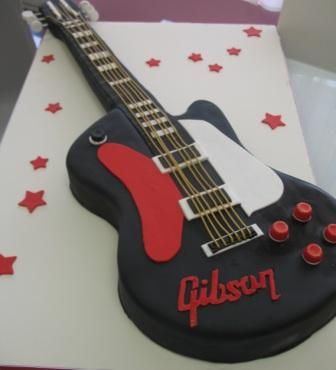 Gâteaux d\u0027anniversaire en forme de guitare