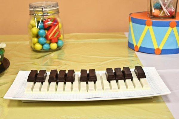 g teaux d anniversaire pour musicien guitariste pianiste chanteur cadeaux pour musiciens. Black Bedroom Furniture Sets. Home Design Ideas